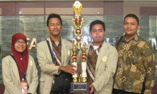 Tim FH UGM Raih Juara 2 dalam LKTI Nasional