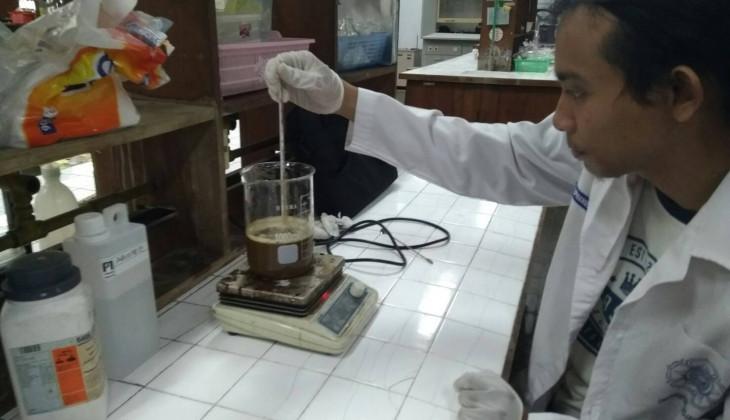 Mahasiswa UGM Mengubah Kulit Kacang menjadi Bioetanol