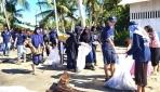 Mahasiswa KKN UGM Ajak Masyarakat Bersih Pantai Bacan Halmahera Selatan