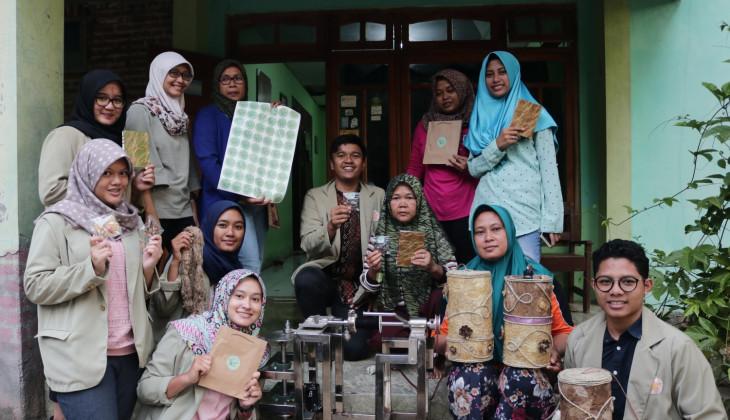 Mahasiswa UGM Berdayakan Masyarakat Kelola Ulat Sutera