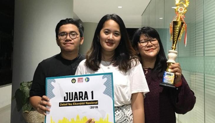 Mahasiswa UGM Juara 1 Lomba Debat Ekonomi Nasional 2018
