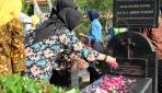 Dharma Wanita UGM Lakukan Ziarah ke Makam Pendiri UGM