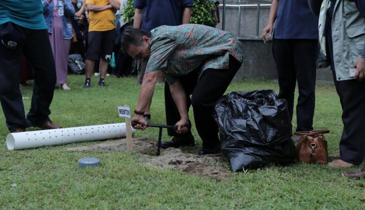 Mahasiswa Calon Peserta KKN-PPM Pasang Biopori untuk Cegah Genangan Air Hujan
