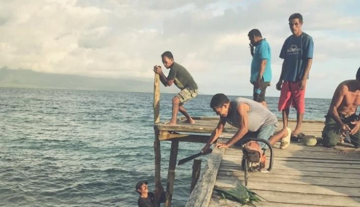 Mahasiswa KKN UGM Bantu Korban Gempa Halmahera Selatan