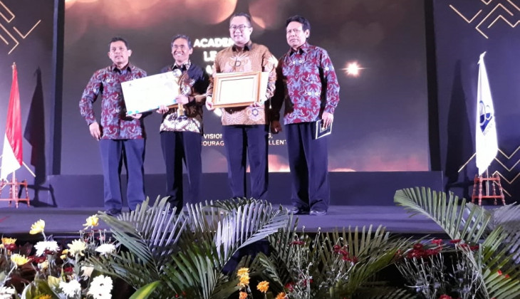 Rector of UGM Earns Academic Leader Award 2019 from Higher Education Ministry