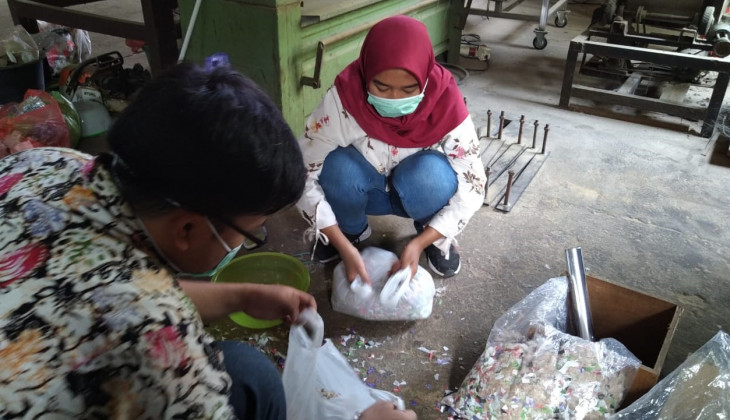 UGM Students Make Particle Board from Chicken Feather and Plastic Bottle