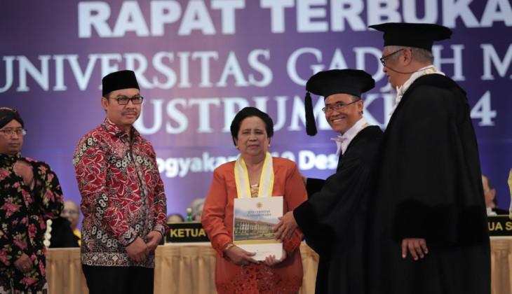 Prof. Murdijati Gardjito Terima Penghargaan Anugerah UGM