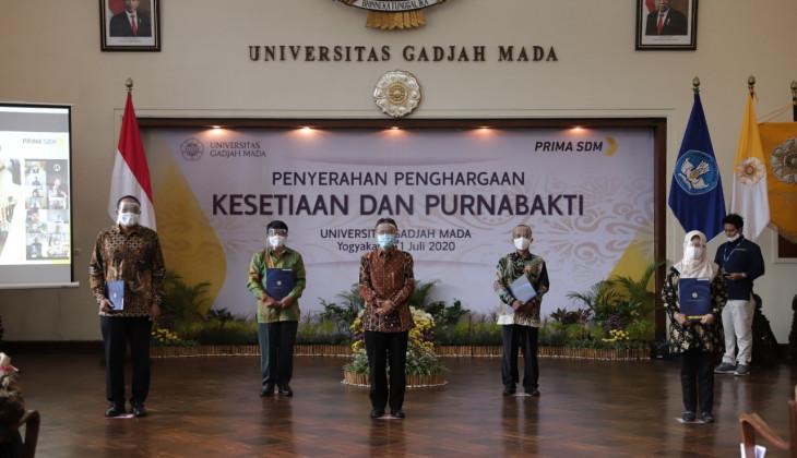 UGM Beri Penghargaan Purnabakti dan Kesetiaan pada Dosen dan Tenaga Kependidikan