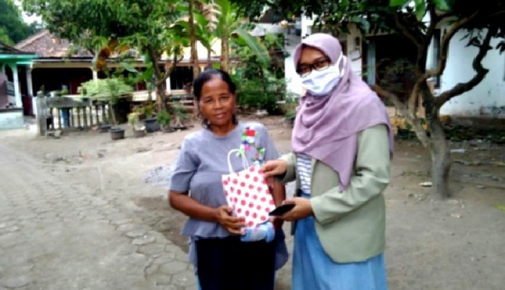 UGM Students Educate Community on the Preparation of New Habits Adaptation