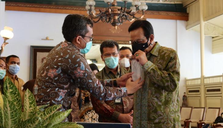 Sri Sultan Mencoba Alat Diagnosis Covid-19 Buatan UGM