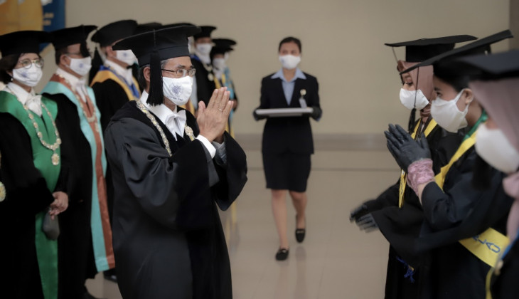 6,794 UGM Students Participate in Online and Offline Graduations