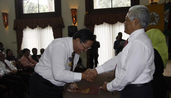 247 Pegawai UGM Terima Satyalancana Karya Satya