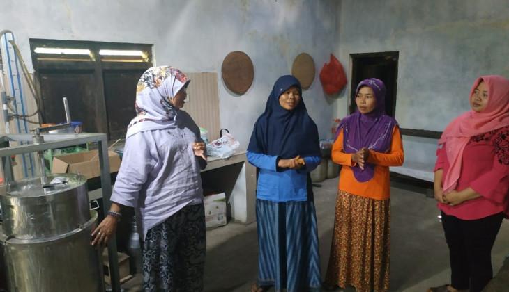 UGM Berdayakan Istri Peternak di Pacitan Mampu Mengolah Susu Segar