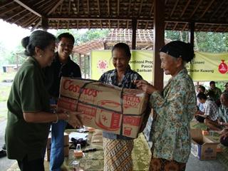 DERU UGM dan Tetes Embun for Merapi Salurkan 109 Paket Bantuan Huntara Merapi