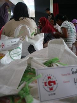 Pengungsi di UGM Dipindahkan, Relawan GER Bagi Sembako