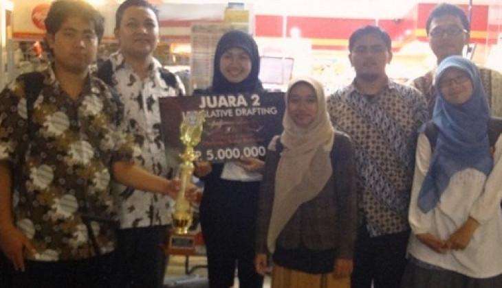 Tim FH UGM Juara II Kompetisi Legislative Drafting Nasional
