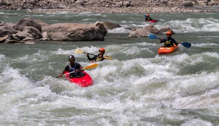 Tim Kayak MAPAGAMA arungi Sungai Sun Koshi di Nepal selama sembilan hari, 7-16 Mei 2013.