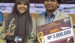 Ezra Putranda Setiawan dan Rizki Evitasari saat menerima penghargaan ONS 2013, (31/5) lalu di FMIPA UGM.