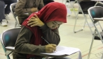 Salah seorang peserta sedang mengerjakan soal SBMPTN di Yogyakarta