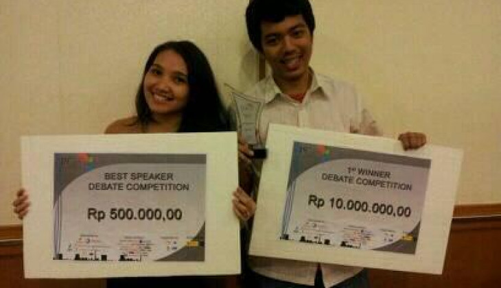 EDS UGM Tim A Juara Debate Competition PetroGas Days 2014