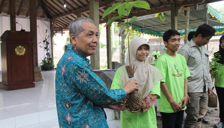 Peringati Hari Lingkungan, KP 4 UGM Serahkan Ratusan Pohon