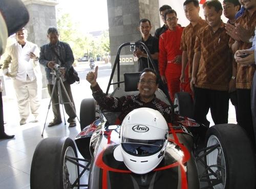 Rektor Lepas Tim BIMASAKTI UGM Pada Kompetisi Mobil Formula di Jepang