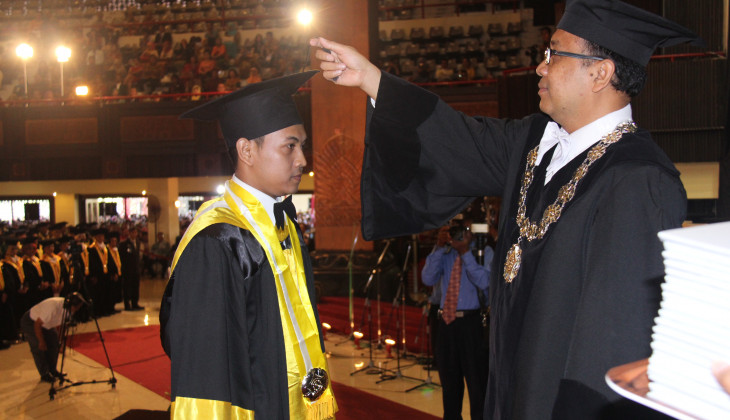 Rector Asks Graduates to Learn Modesty from President Jokowi