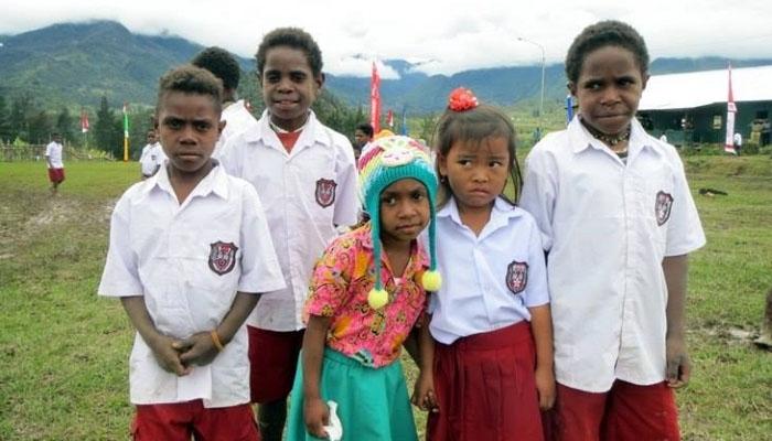 Sejumlah siswa SD di wilayah Kabupaten Puncak, Papua (Arie Ruhyanto/Facebook)