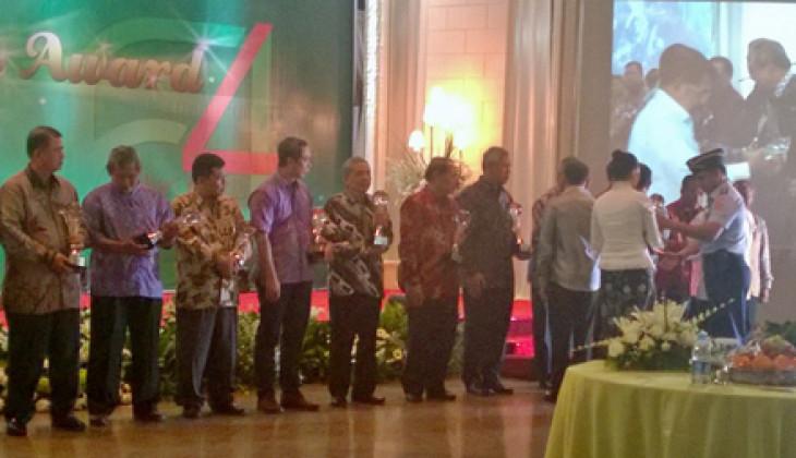 UGM Terima Penghargaan Makarti Pramati Kementrian Desa PDT dan Transmigrasi