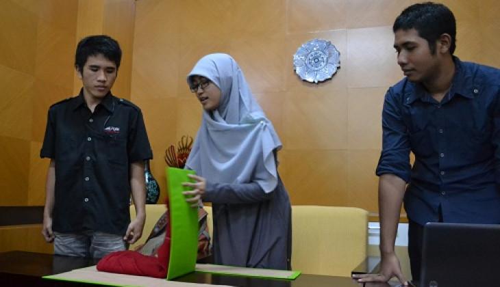 Mahasiswa Kembangkan Alat Bantu Melipat Baju