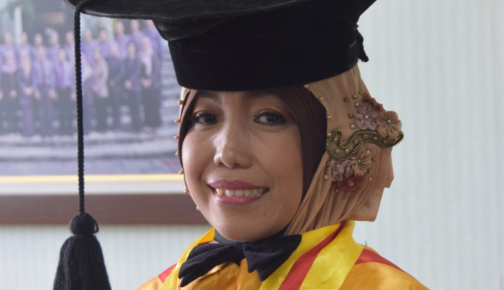 Teliti Peternak Sapi Lereng Merapi, Siti Raih Doktor