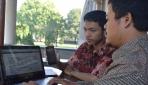 Derta Isyajora dan Zamahsyari tengah menunjukkan aplikasi JalananYogya