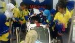 Siswa TK Masjid Kampus UGM ramai-ramai mencoba mobil SEMAR UGM