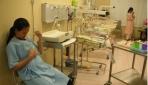 Seorang ibu tengah menjalankan perawatan bayi lekat. (foto:istimewa)