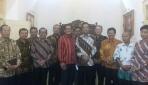 Panitia Nitilaku Dies Natalis UGM Berfoto Dengan Gubernur DIY