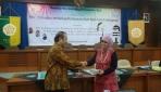 Dekan Fakultas Biologi UGM, Dr. Suwarno Memberikan Kenang-kenangan Pada Pembicara