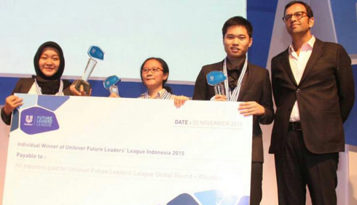 Eringga (berjilbab) dan tim saat menerima penghargaan UFFL Indonesia 2015.