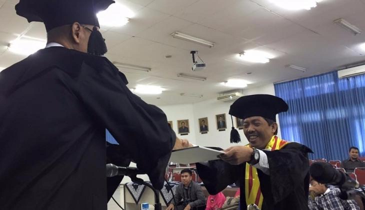 Ishak Kadir saat menerima ijazah setelah menjalankan ujian terbuka program doktor di Fakultas Teknik UGM, Rabu (16/12).