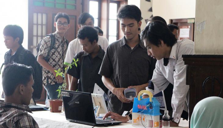 Beberapa pengunjung tengah mencoba salah satu produk hasil karya mahasiswa dalam Expo Karya Mahasiswa SV, Jum'at (18/12).