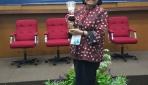 Prof. Dr. Ir. Endang Sutriswati Rahayu usai menerima penghargaab Adhikarya Pangan Nusantara 2015 di Istana Negara, Senin (21/12). (foto: dok.pribadi)