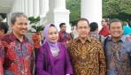 Rektor UGM Berfoto Bersama Penerima Anugerah KIP di Istana Negara (sumber: Banjarmasin.tribunnews.com)