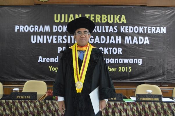dr. Arend Laurence Mapanawang usai melaksnakan ujian terbuka program doktor di FK UGM, Kamis (31/12).