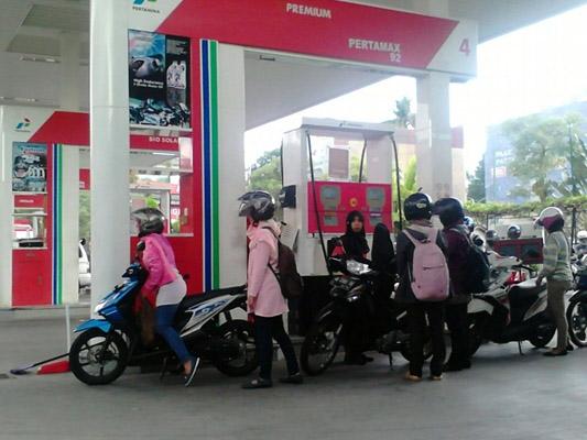 Sejumlah masyarakat tengah mengantri melakukan pengisian bahan bakar di SPBU Terban, Jl. Cik Di Tiro, Yogyakarta, Senin (4/1) siang.