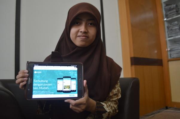 Rusmawati Harya Megasari, salah satu anggota tim tengah menunjukkan aplikasi