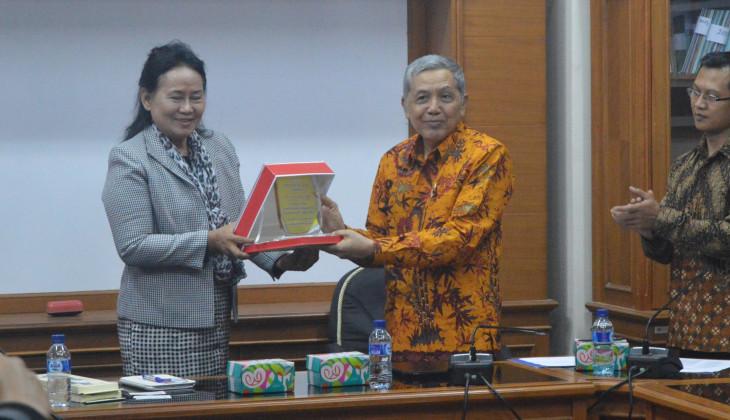 UGM Terima Penghargaan dari Surindra Rajabhat University Thailand