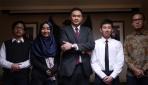 Delegasi UGM berfoto bersama Perwakilan Tetap RI (PTRI) New York, Andityo (tengah).