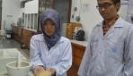 Andika Cahya Widyananda, dan Dyah Ayu Permatasari Tedjo Pradipto menunjukkan tepung biji durian yang digunakan sebagai campuran pembuatan bioplastik.