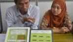 Fajar Baju dan Annisa Rofi menunjukkan sample plastik yang berasal dari campuran biji durian dan plastik dalam berbagai konsentrasi.