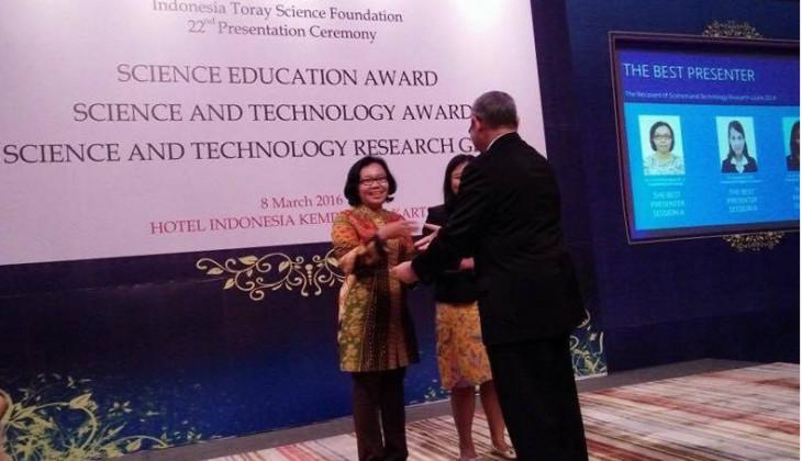 Dr. Tri Rini Nuringtyas, S.Si., M.Sc., saat menerima penghargaan sebagai Best Presenter dalam ITFS 2016 di Jakarta pada 8 Maret kemarin. (foto: dok. pribadi)