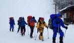 Tim ekspedisi JARE saat latihan dalam perjalanan menuruni Gunung Norikura.  Dr. Nugroho Imam Setiawan berada di barisan terdepan. (foto: dok. pribadi)